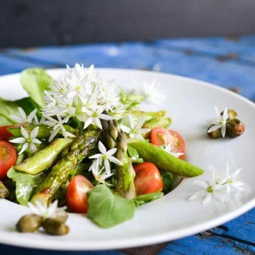 Rezept Aprilfrischer Salat mit Bärlauchblüten und Löwenzahnknospen
