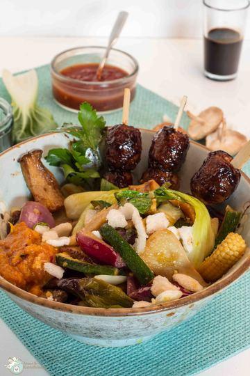 Rezept Asiatische Bratwurstbällchen mit Gemüse und gelbem Sambal