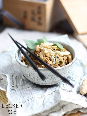 Rezept Asiatischer Nudelsalat mit Thai-Basilikum und Erdnüssen