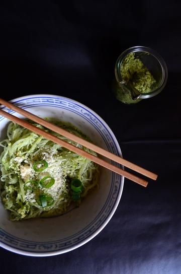 Rezept Avocado-Pesto mit Cashews und Thaibasilikum zu Glasnudeln