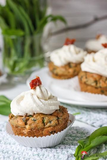 Rezept Bärlauch-Muffins mit eingelegten Tomaten und Meerrettichcreme-Topping