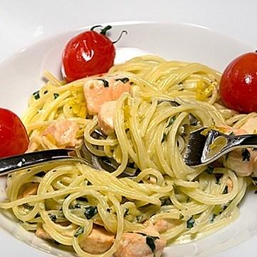 Rezept Bärlauch-Sahne-Spaghetti mit Lachswürfeln