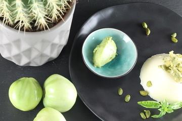 Rezept Basilikum-Panna cotta mit grünem Tomatensorbet und Pistazienkrokant