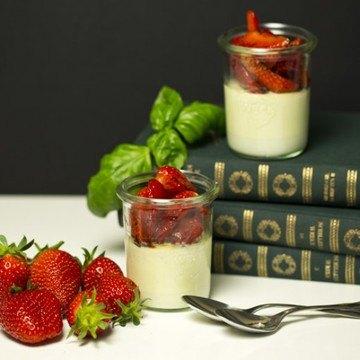Rezept Basilikum-Panna-Cotta mit marinierten Erdbeeren