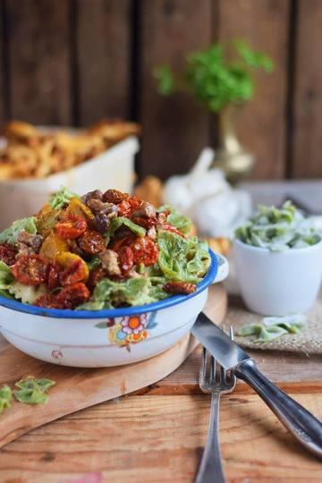 Rezept Basilikum Pasta mit Pfifferlingen und halb getrockneten Tomaten