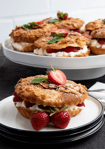 Rezept Bienenstich-Taler mit frischen Erdbeeren