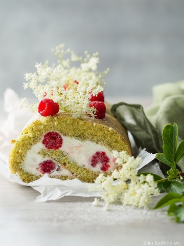 Rezept Biskuitrolle mit Himbeeren, Holunderblüten und Kürbiskernen
