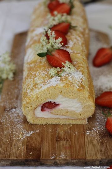 Rezept Biskuitrolle mit Holunderblütensirup und Erdbeeren