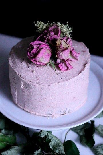 Rezept Blaumohnkuchen mit Erdbeer-Holunder und Rosencreme