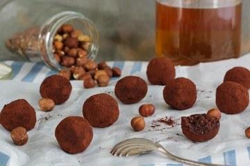 Rezept Bliss balls - Energiekugeln mit Haselnuss, Kakao und Datteln
