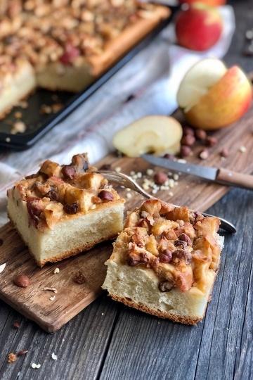 Rezept Bratapfelkuchen mit Marzipan, Sultaninen und Nüssen
