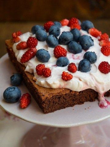 Rezept Brownies mit Topfen-Erdbeer-Baiser-Creme und Beeren