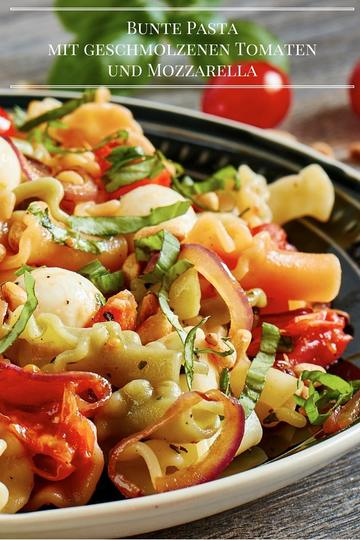 Rezept Bunte Pasta mit geschmolzenen Tomaten und Mozzarella
