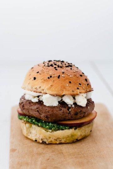 Rezept Burger Sous Vide - mit Pfirsich, Feta und Rucola Pesto