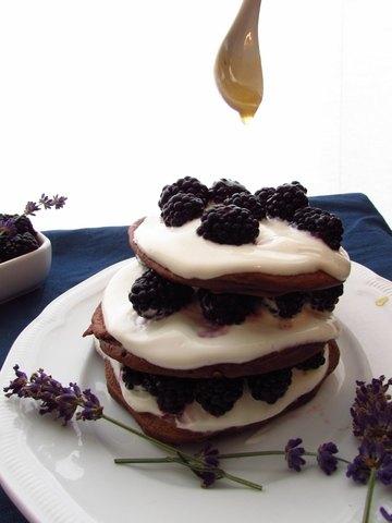 Rezept Buttermilch-Buchweizen-Schoko-Pancakes mit Quarkspeise, Brombeeren und Lavendelsirup