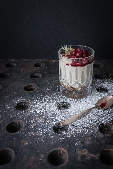 Rezept Cheesecakecrème mit Tonkabohne im Glas, Butterspekulatiusboden, Gewürzkirschen