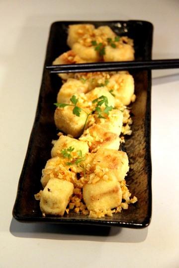 Rezept Chinesisch frittierter Tofu mit knusprigem Knoblauchstreusel