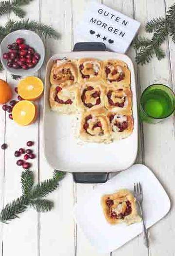 Rezept Christmas Cinnamon Rolls mit Cranberrys,  Nüssen gefüllt und ein Topping aus einer Orangenglasur
