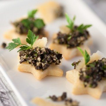 Rezept Comté-Mürbeteig-Plätzchen mit Olivenkaviar