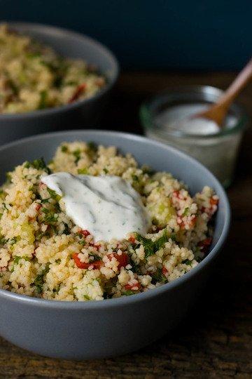 Rezept Couscous Salat mit Röstpaprika und Kräuter Dip