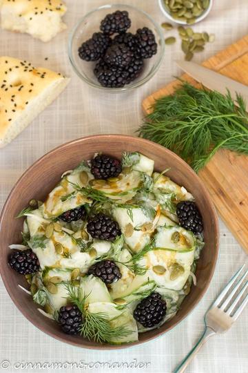 Rezept Cremiger Veganer Gurkensalat mit Dill, Brombeeren & Kürbiskernen