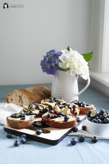 Rezept Crostini mit Camembert, Blaubeeren und fruchtigem Blaubeer-Balsamico-Essig