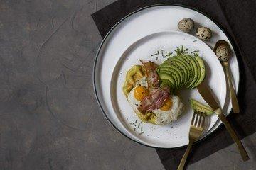 Rezept Curry-Waffel mit Avocado, Bacon und Spiegelei
