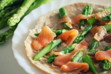 Rezept Dinkel-Flammkuchen mit Räucherlachs & grünen Spargel