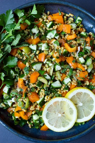 Rezept Dinkelsalat mit grünen Oliven, Gurke, Paprika, Petersilie, Minze und Safran