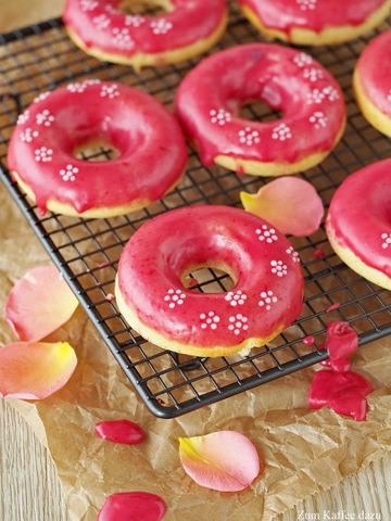 Rezept Donuts mit Cheesecake-Füllung und Himbeer-Glasur