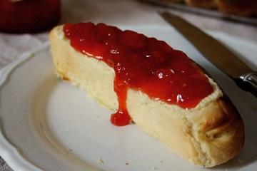 Rezept Einback mit selbstgemachter Erdbeer-Konfitüre