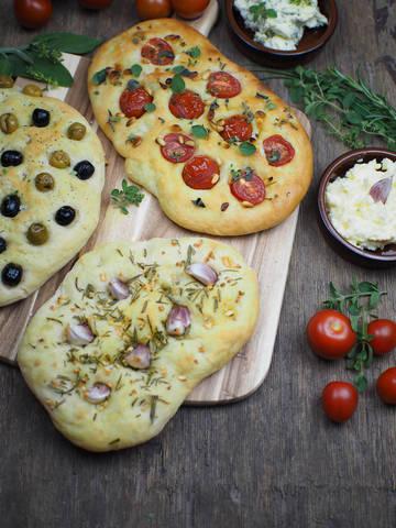 Rezept Einfaches Focaccia Brot: 3 köstliche Varianten [Knoblauch & Rosmarin / Tomaten & Pinienkerne / Oliven]