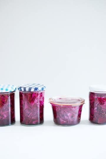 Rezept Eingelegter Rotkohl mit Zwiebel, Koriandersamen, Schwarzkümmel und Pfefferbeeren