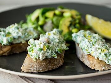 Rezept Erbsen-Ricotta-Crostini mit Edamame-Avocado-Salat