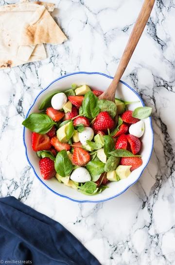 Rezept Erdbeer-Basilikum-Salat mit Avocado und Mozzarella (aka. Erdbeer-Caprese)