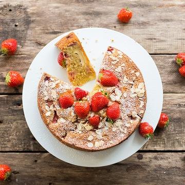 Rezept Erdbeer-Mandel-Kuchen mit Frischkäse-Tupfen