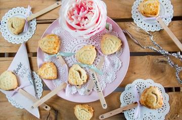 Rezept ♡ Erdbeer Pie Pops: Knusprige Kuchen am Stiel ♡