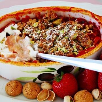 Rezept Erdbeer Rhabarber Crumble mit Amarettini, Pistazien und Ingwer
