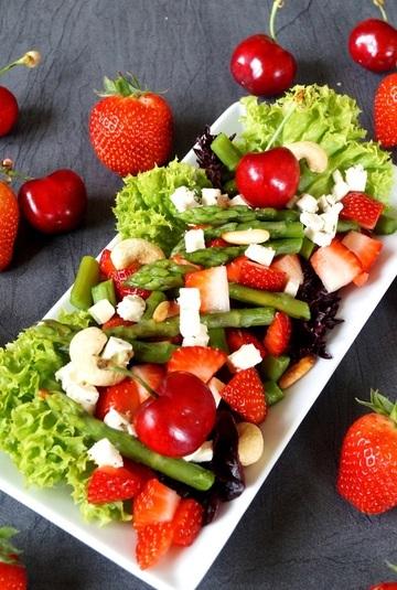 Rezept Erdbeer Spargel Salat mit Zitronen Walnuss Birnendressing