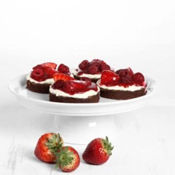 Rezept erdbeerige-himbeer brownie törtchen