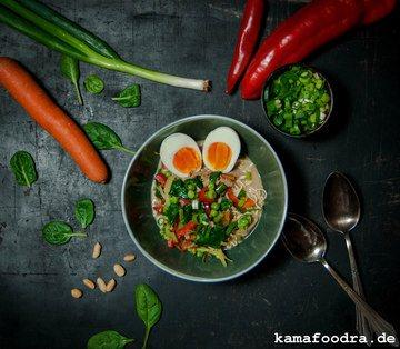 Rezept Erdnuss-Kokos-Nudelsuppe mit Huhn und Gemüse