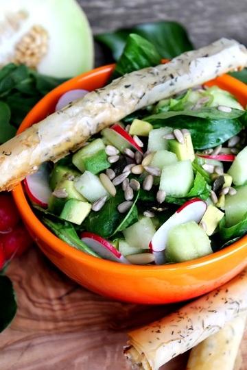 Rezept Feldsalat mit Radieschen, Galiamelone und Avocado + Ziegenkäsezigarren
