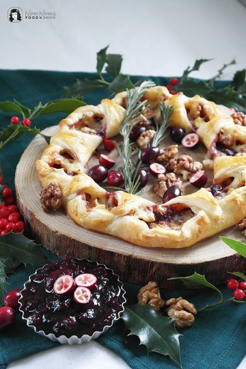 Rezept Festlicher Camembert-Blätterteig-Kranz mit Cranberry-Balsamico-Soße und knackigen Walnüssen