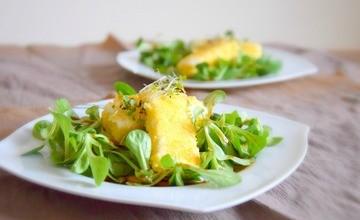 Rezept Feta in knuspriger Polentakruste auf Balsamico-Vogerlsalat