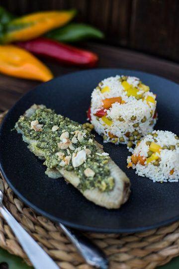 Rezept Fisch Filet (Wels) mit Kräuter-Cashew-Parmesan Kruste und Gemüsereis