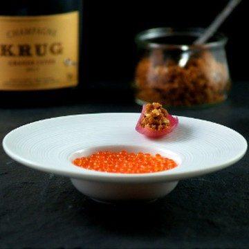 Rezept Forellenkaviar, Creme Frâichè, eingelegte Zwiebel und Nussbutter-Crumble