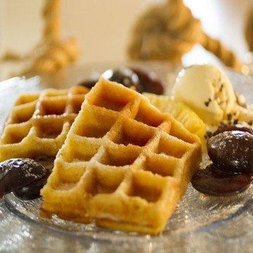 Rezept Frische Waffeln mit Rumtopf-Zwetschgen und Vanille-Eis