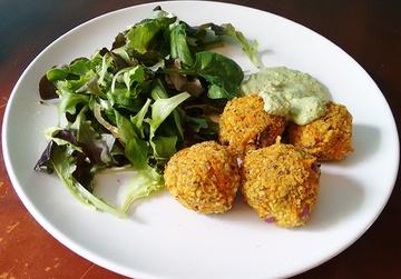 Rezept Frischer Blattsalat mit Couscous-Möhren-Bällchen