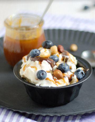 Rezept Frozen Yogurt mit Salzkaramell, Blaubeeren und gerösteten Nüsse