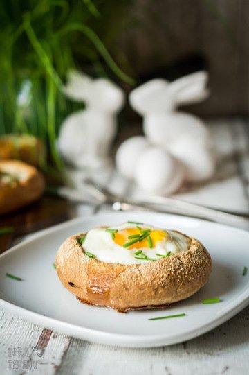 Rezept Frühstück an Ostern: Ei im Brötchenbett
